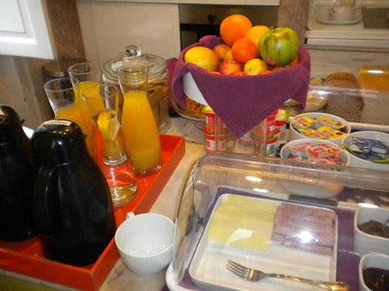 Lisbon Dreams Guest House: il self service della colazione