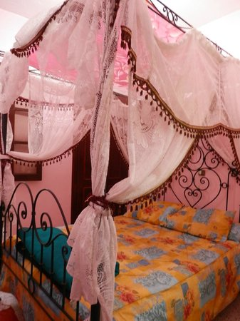 Hotel Madrid: My pink four poster