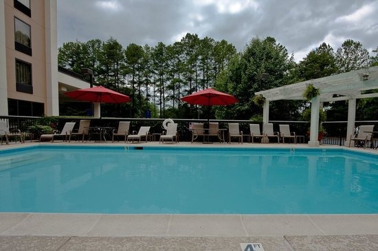 Hampton Inn Atlanta - Northlake : Sparkling outdoor pool