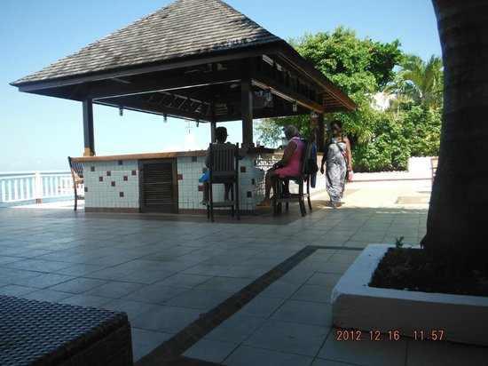 Royal Decameron Montego Beach: Bar outside near the stage and beach