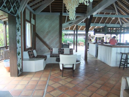 Cocobay Resort: Main bar and seating area