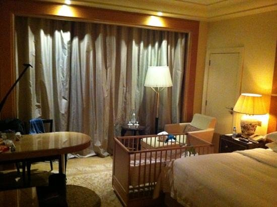 Four Seasons Hotel Beirut: baby crib and desk