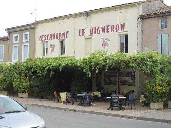 Le Vigneron : Outside