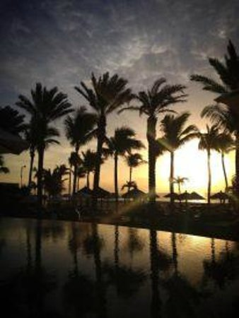 Cabo Azul Resort: Sunrise at pool facing the beach
