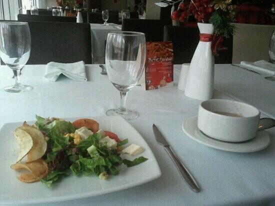 Hotel Ciudad de David: Crema de mariscos y otros platos de entrada frios del buffete dominical