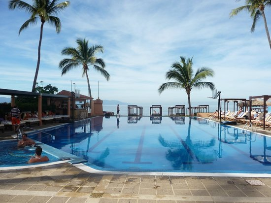Crown Paradise Golden Resort Puerto Vallarta: Daytime at the pool
