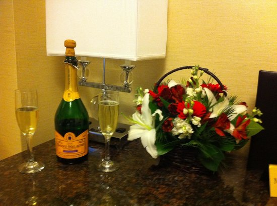 โรงแรมเมโทร: Flowers and fizz arranged by the hotel