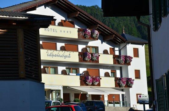 Hotel Alpenroyal: La facciata dell'hotel