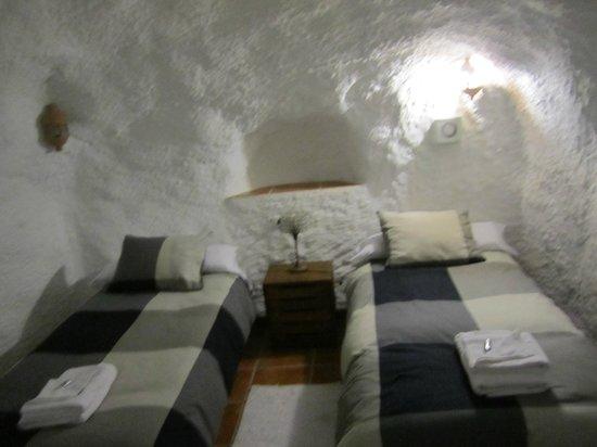 Cuevas El Abanico: twin bedroom