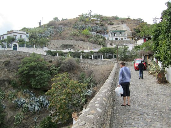 Cuevas El Abanico: the walk up to the cave house
