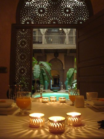Riad Noir d'Ivoire: Breakfast in the Library