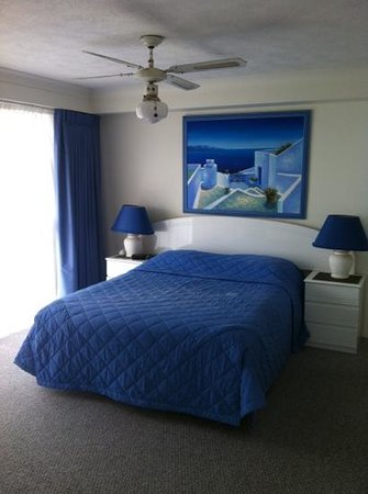 Gemini Court Holiday Apartments: clean tidy room