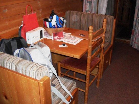 Garni Ai Pini: Tavolino appartamento dove mangiare