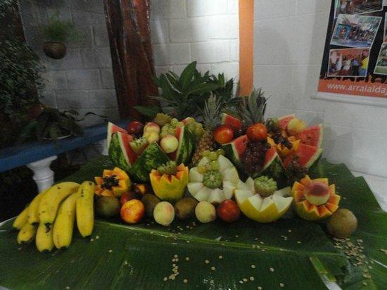 Arraial d'Ajuda Hostel: Mesa de frutas da ceia de Natal