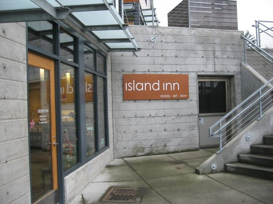 The Island Inn at 123 West: Office Exterior