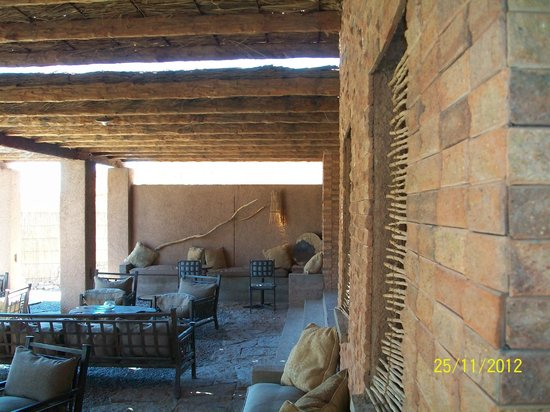 Alto Atacama Desert Lodge & Spa: La galería para sentarse y leer los diarios