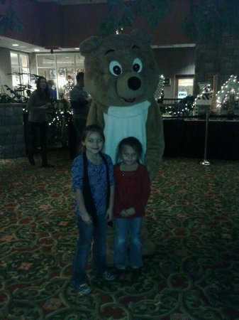 Chateau on the Lake Resort & Spa: Cookies and milk with Lucky the Bear