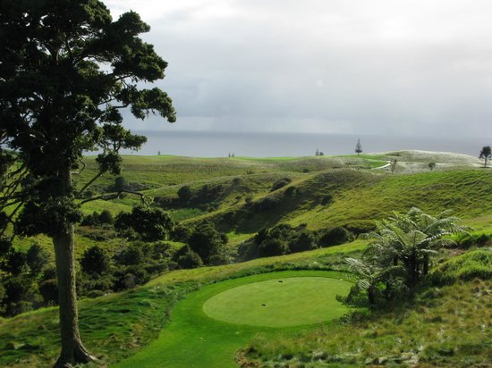 The Lodge at Kauri Cliffs: View over the golf course out to sea