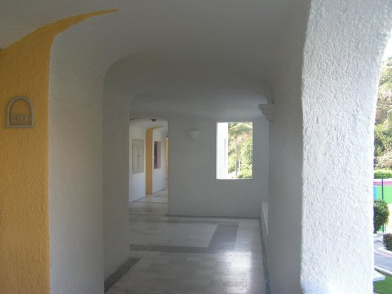 Tesoro Manzanillo: Hallway from which rooms are accesible