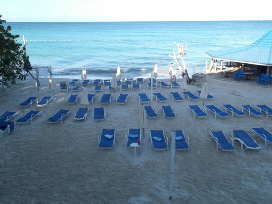 Negril Tree House Resort: It's 7AM and our friend Moses already has chairs and towels ready for the girls.