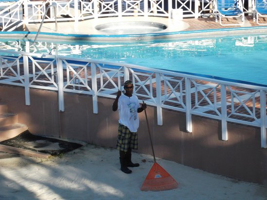 Negril Tree House Resort: Best friend Moses getting beach area ready in the morning. moses is also security on the beach.