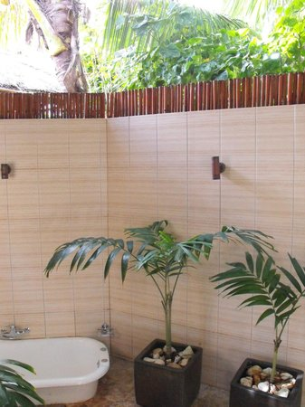 Magic Reef Bungalows: outdoor bathroom