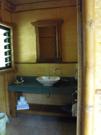 Magic Reef Bungalows: indoor sink and toilet.