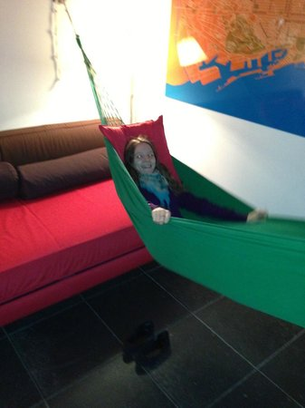 Casa Camper Hotel Barcelona: Sitting room with hammock