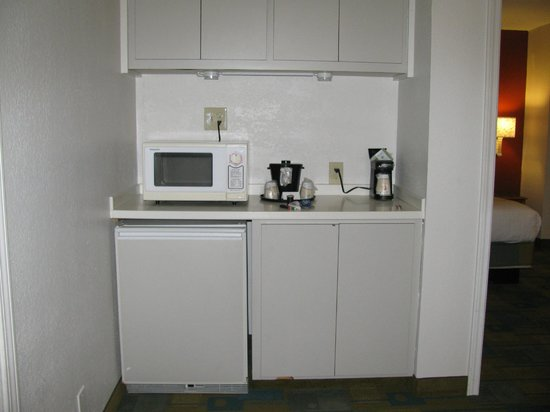 La Quinta Inn Savannah Midtown: Kitchenette with microwave, mini fridge, and plenty of cabinet space.