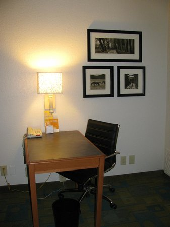 La Quinta Inn Savannah Midtown: Desk area.