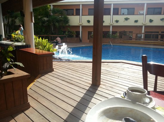 BEST WESTERN Belize Biltmore Plaza Hotel: Breakfast by the pool