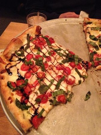 Pies & Pints Pizzeria : Tomato caprese and margarita pizza