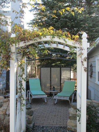 Prescott Pines Inn Bed and Breakfast: Fxglove patio