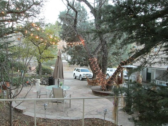 Prescott Pines Inn Bed and Breakfast: Shared courtyard