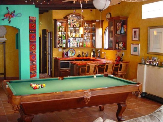 Casa Farolito Bed & Breakfast: Pool Table and Bar