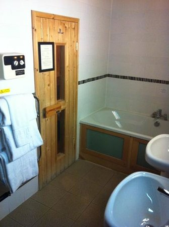 Lodge on Loch Lomond: sauna, bath and double sinks