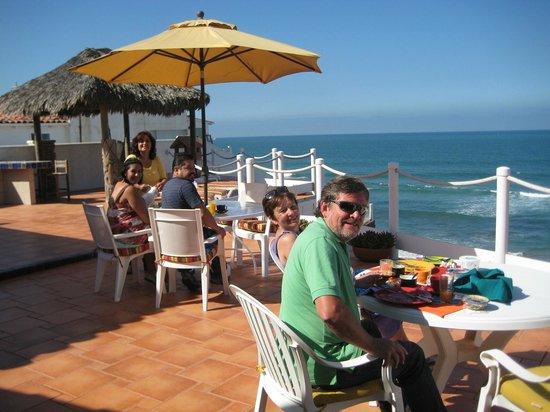 Casa Farolito Bed & Breakfast: Guests Enjoying Breakfast