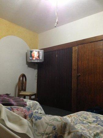 Hotel El Relox: tv viejísima y pequeñísima