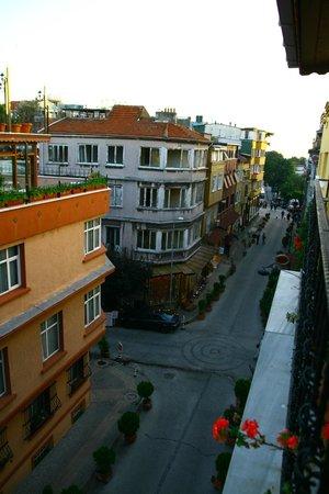 Uyan Hotel: Street view from breakfast terrace