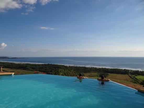 Cristal Azul: El mejor descanso en la piscina sin fin.