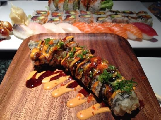 East Moon Asian Bistro & Sushi: Lucky 7 Roll - excellent in combination of flavored, yummy!