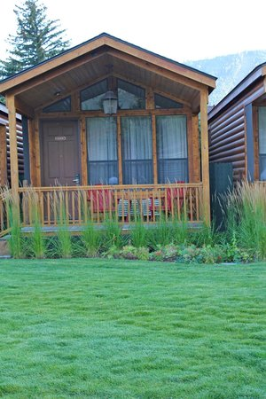 Rustic Inn Creekside Resort and Spa at Jackson Hole : one of the cabins over looking the creek