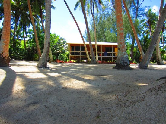 Amuri Sands, Aitutaki: View back to the accomm from the beach