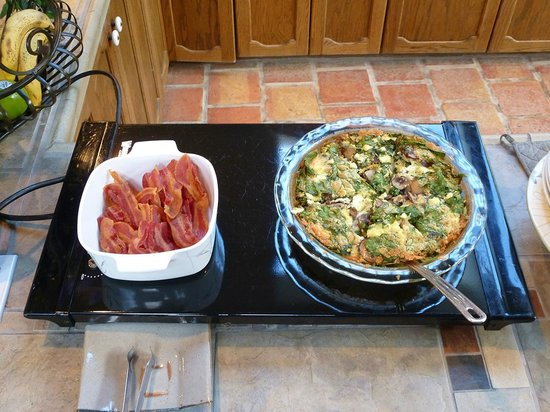 SeaQuest Inn Bed & Breakfast: Super quiche and crisp bacon