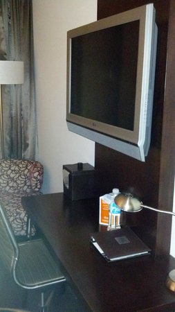 Hotel Felix: Desk under flat screen television