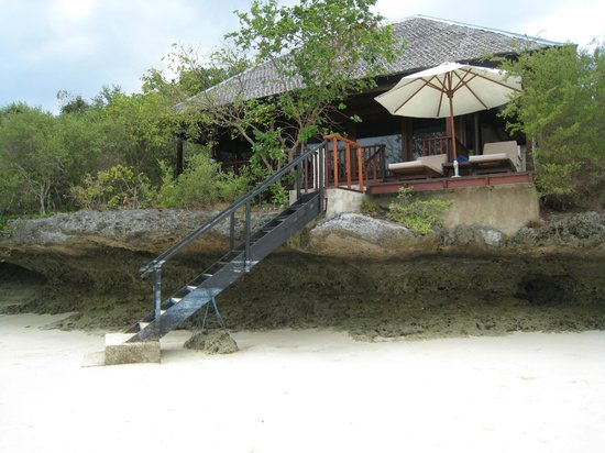 Wakatobi Dive Resort: Villa on the beach