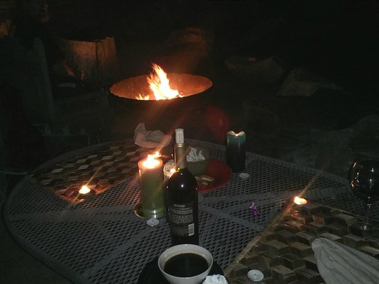 Talus Rock Retreat: The staff helped me set up a candle lit dinner for my husband and I by the fire pit