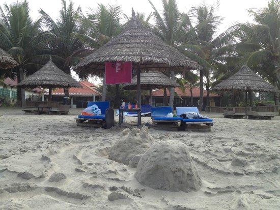 Cua Dai Beach: restaurant seating on the beach