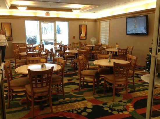 ‪‪Holiday Inn Express Hudson-I-94‬: Breakfast room.‬