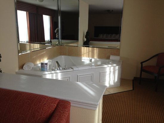 Columbus Extended Stay Hotel: Jacuzzi tub